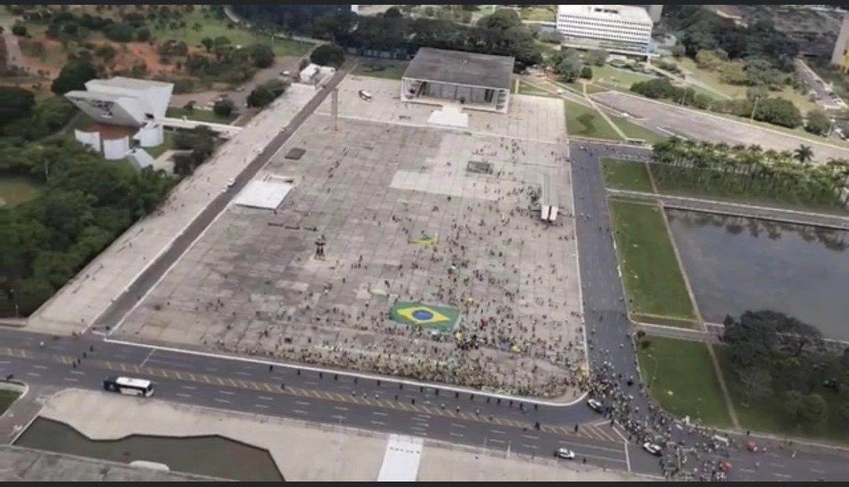 Imagens aéreas do protesto em Brasília hoje mostram que simpatizantes de Bolsonaro finalmente estão evitando aglomerações