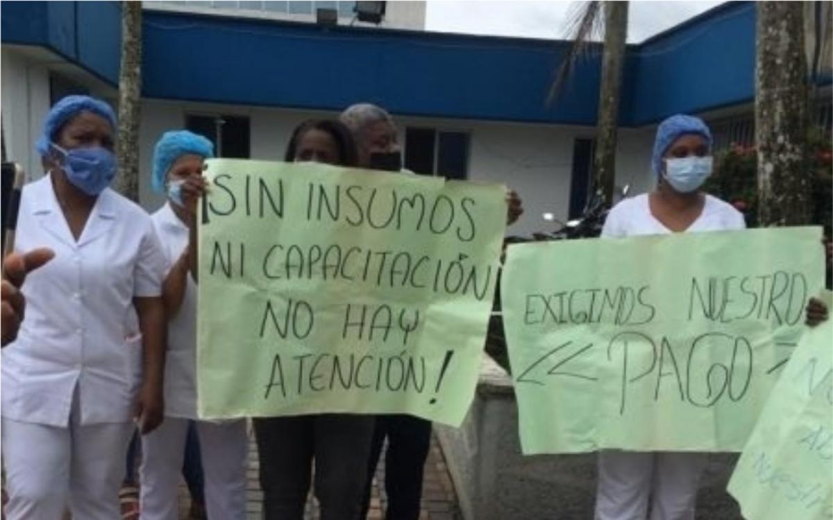 #SOSPacifico en Chocó solo hay 6 trabajadores del personal de salud por cada 10.000 habitantes, aún así, al personal de salud les adeudan 5 meses de salarios.   Solo hay 5 hospitales para todo el departamento y no cuentan con respiradores para atender la crisis @ivanduque