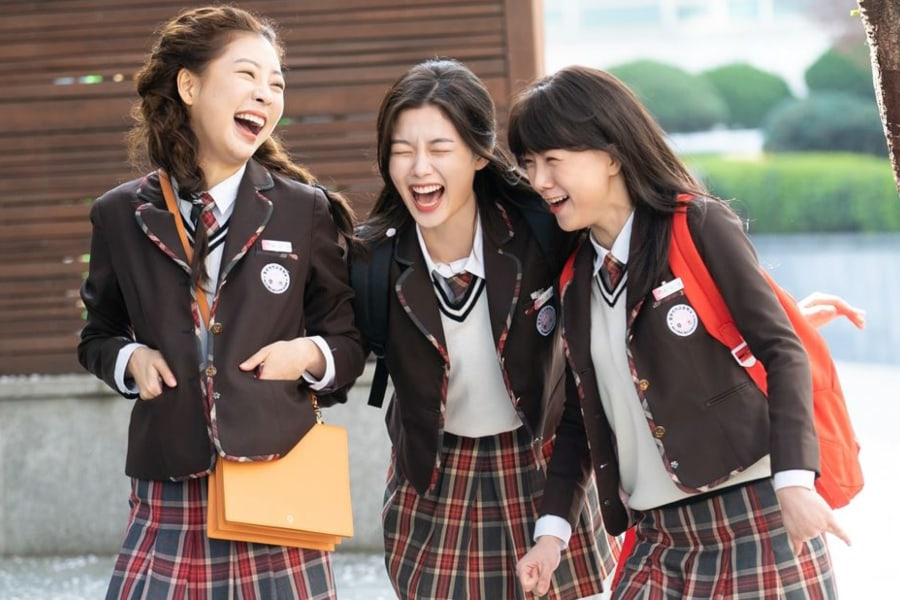 "#KimYooJung, #SeoYeHwa, And #YoonSoo Are An Inseparable Trio In ""#BackstreetRookie"""