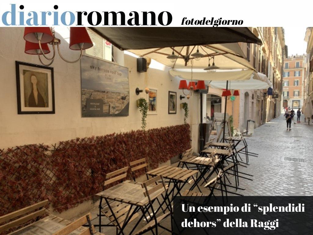 """test Twitter Media - Volevo mostrarvi uno degli """"splendidi #dehors"""" della #Raggi, con tanto di ederina in plastica e quadretti insulsi al muro (ammesso poi che sia regolare). (G.T.) . #Roma #foto #lettori 📸 https://t.co/NLFwKtff70"""