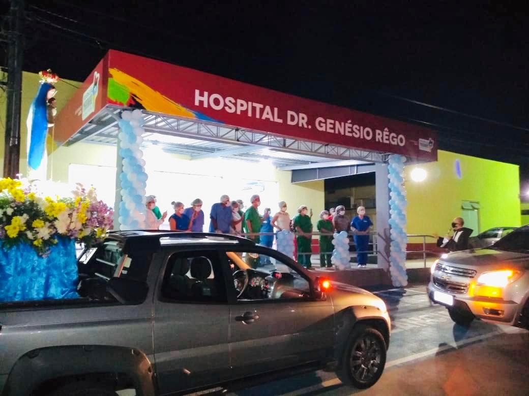 Hoje o nosso Hospital Genesio Rêgo recebeu a visita da imagem de Nossa Senhora da Glória. Pacientes e profissionais receberam a benção proferida à distância, no estacionamento. Agradeço à Paróquia pela iniciativa.