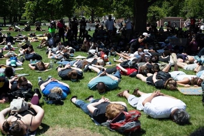 """hoje em Denver, Colorado. manifestantes deitados no chão - de 30 graus- por 10 minutos, enquanto gritavam """"não consigo respirar."""""""