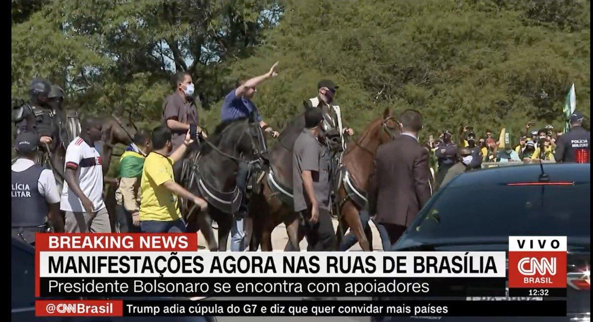 A piada pronta do dia é essa: Bolsonaro tocando o gado montado num cavalo.