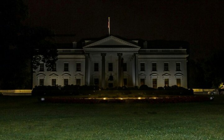 -Pela primeira vez na história as luzes da casa branca se apagam. -Trump levado as pressas para um bunker.  Bem vindos a Junho #anonymus