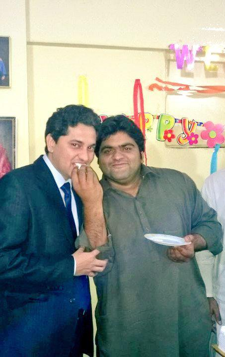1/3 Sources say Sindh Education Minister @SaeedGhani1 pays @Majid_Agha as a trend setter and twitter head of PPP. Majid Agha is also an officer in @Official_PIA. Are government employees supposed to support political parties? This is Majid with @JeetuJamali who sent me this: