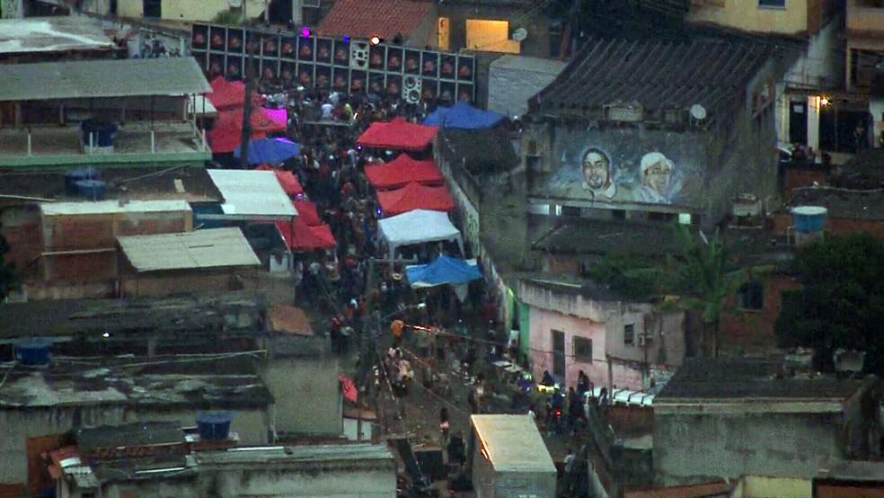 Imagens mostram aglomeração de pessoas em baile funk no Complexo do Chapadão, na Zona Norte do Rio  #G1