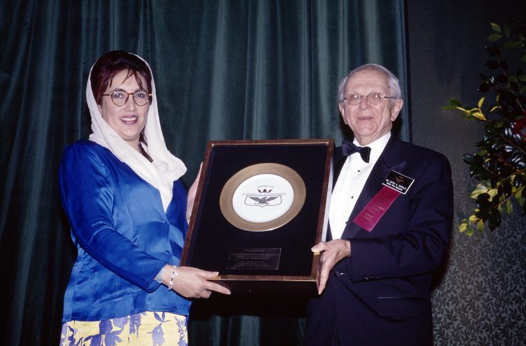 Benazir Bhutto is presented with the Academy of Achievement's Golden Plate Award by Pulitzer Prize- winning historian Dr. David Herbert Donald at the 2000 Achievement Summit in London.  #BenazirBhuttoTheNationalHero  @BBhuttoZardari @BakhtawarBZ  @AseefaBZ @MediaCellPPP