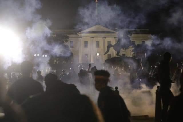 """""""O povo não deve temer seu governo. O governo deve temer o povo"""".  Protesto em Washington DC, a Casa Branca mandou apagar as luzes"""