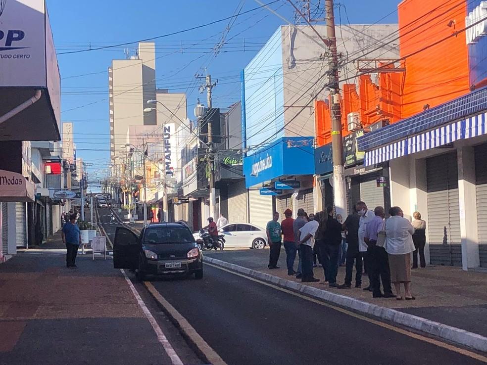 No interior de SP, cidade que se colocou na fase 4 de retomada do comércio tem fila na porta de lojas  #G1