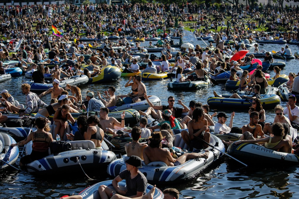 Festa com botes é interrompida pela polícia na Alemanha  #G1