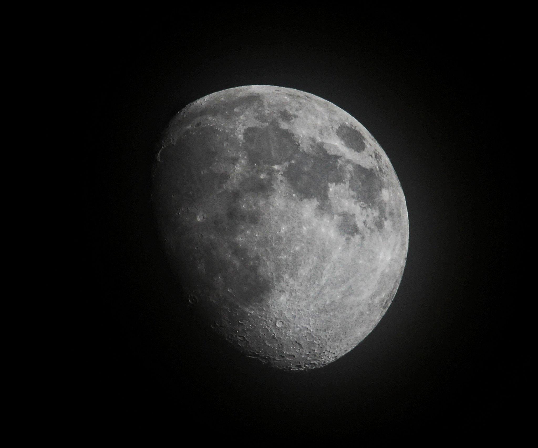 Moon tonight through some haze https://t.co/MHX9NENKfG