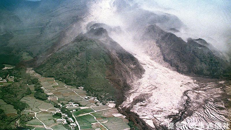 test ツイッターメディア - 【雲仙・普賢岳火砕流から29年 火山灰から身を守るための術とは?】 29年前の今日、活動が活発化した #雲仙普賢岳 から噴出した火砕流が避難勧告地域に流れ込み、43人もの死者・行方不明者が出る大惨事となりました。 今後の噴火に備えて、事前に準備しておきたいものとは? https://t.co/66h4YmCq02 https://t.co/gMCdUQ8wmM