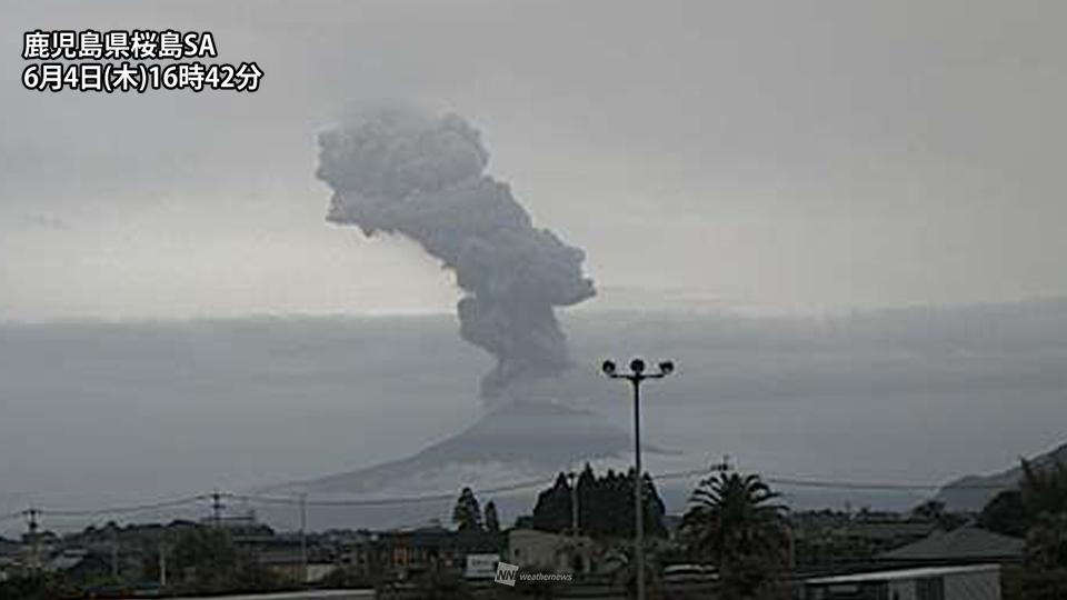 test ツイッターメディア - 4日(木)16時38分頃、活発な活動が続いている、鹿児島県桜島は噴煙が火口上3700mに達する噴火をしました。  明日5日(金)は上空の風が東よりになるため、もし噴火した場合は鹿児島市の市街地での降灰に注意が必要です。 https://t.co/ZmwQwl4xFf https://t.co/vZTBSvzK2V