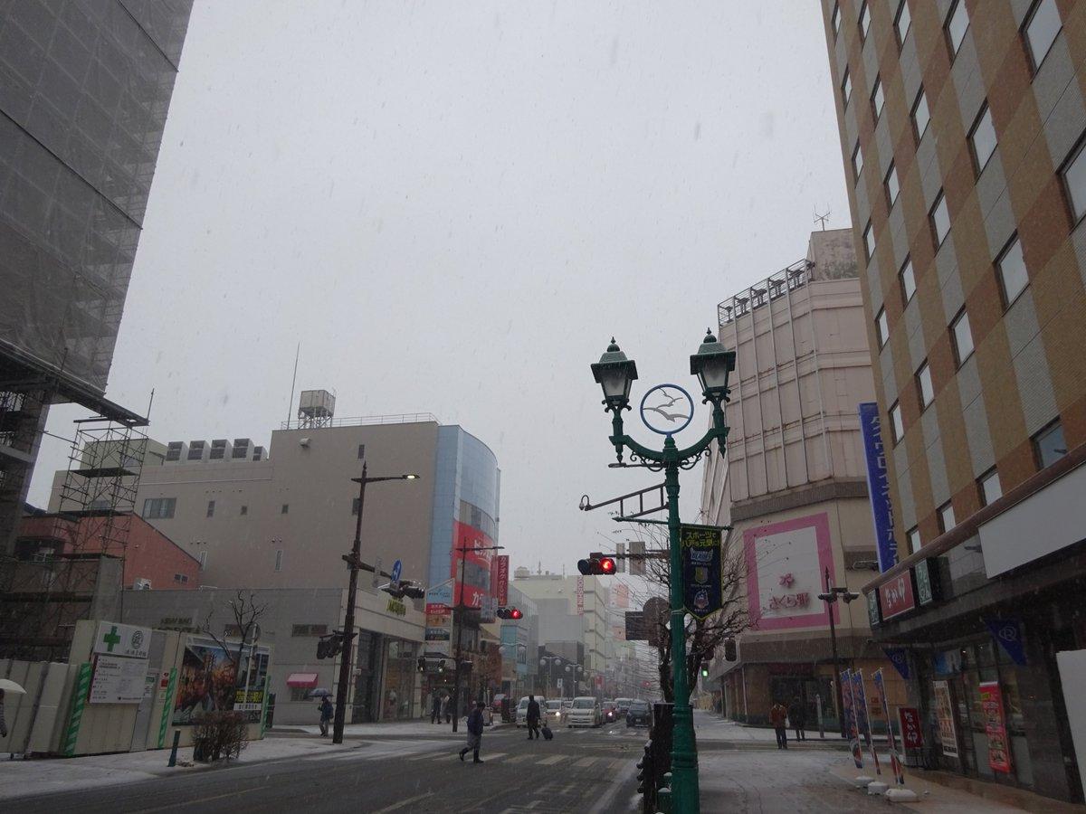test ツイッターメディア - 雪の降りが強くなってきた三沢を後に、市役所前のバス停から八戸中心街へ移動。着いたらいつものようにポータルミュージアム「はっち」に向かい、地元の文具店が母体のカネイリミュージアムショップを覗きます。チョコやベリーでおしゃれをした新商品の南部せんべいがおいしそう。 https://t.co/FgbLrBKcmm