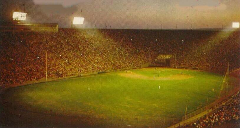 Rare color night game shot of a #Dodgers  game at their first home in Los Angeles,1959. The Los Angeles Coliseum. https://t.co/D2Q1C5ml70