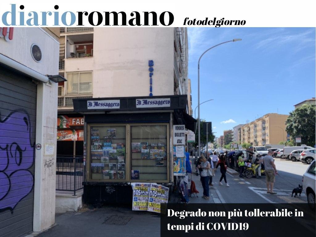 test Twitter Media - Il passaggio pedonale davanti a questa edicola in via Tuscolana è stato sempre angusto, ma ora i pedoni se vogliono distanziarsi devono passare sulla ciclabile. Spostare l'edicola un po' indietro? . #Roma #foto #lettori📸 https://t.co/oljrHFQ0xx