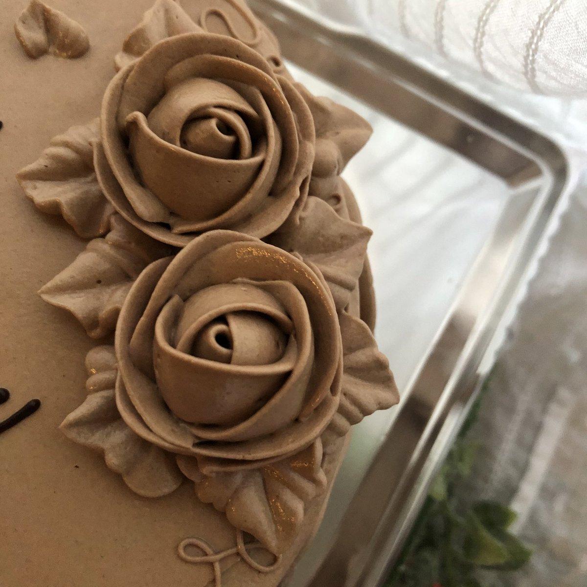 test ツイッターメディア - 今年のケーキも 銀座ウエストさん。  今回は、チョコバターケーキです。 薔薇好きにはたまらないめちゃくちゃ美しくて美味しいケーキです。 https://t.co/DjPGulGzUP