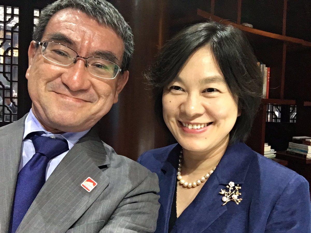test ツイッターメディア - @Quentin26396869 おっしゃる通り、公人は気をつけたほうが良さそうです。河野太郎は元外務大臣、今は防衛大臣をしていますが、このツーショットは致命的ですよ。香港人が見たら軽蔑するでしょう。本人も「しまった」と思っているかもしれませんが。私はこれをからかったらブロックされてしまいました。笑气量狭小 https://t.co/KYcrfxmgO6