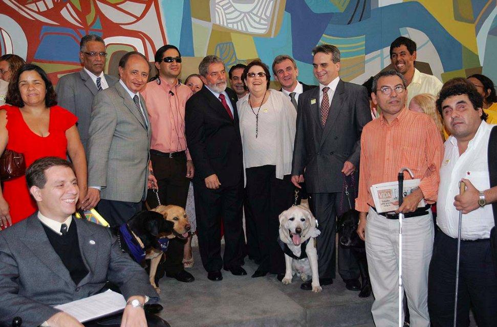 Há 15 anos, em 27 de junho de 2005, o presidente @LulaOficial sancionou a Lei nº 11.126/2005, que dispõe sobre o direito da pessoa com deficiência visual, total ou parcial, de ingressar e permanecer em ambientes de uso coletivo acompanhado de cão-guia: