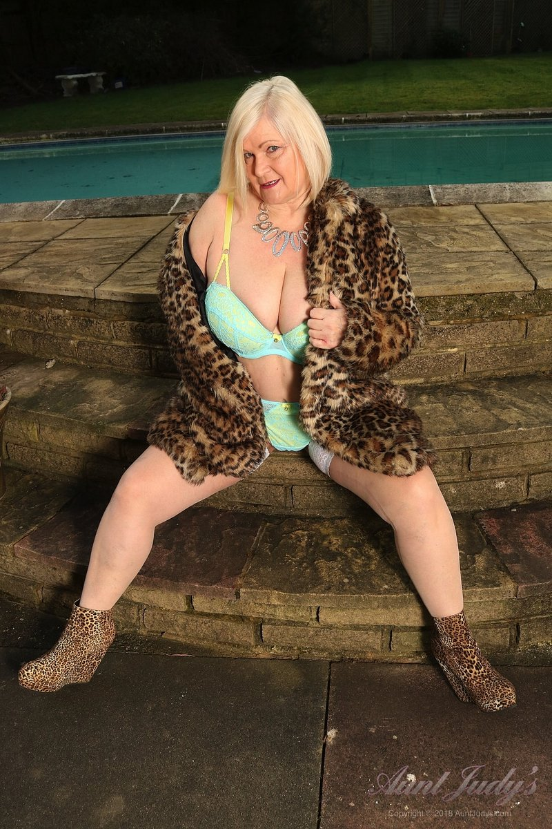 🇬🇧 Lacey's Great Outdoors! 🇬🇧  🐆  61yo Busty British BBW GILF @LaceyStarrxxx shows off her HUGE NATURAL TITS outdoors!  📸 by @LeighWTS   🐆   May I take your coat?    .. Home Cookin' since 1996 💋  🐆  #auntjudys #over60 #gilf #bbwgilf #hugeboobs #bbw