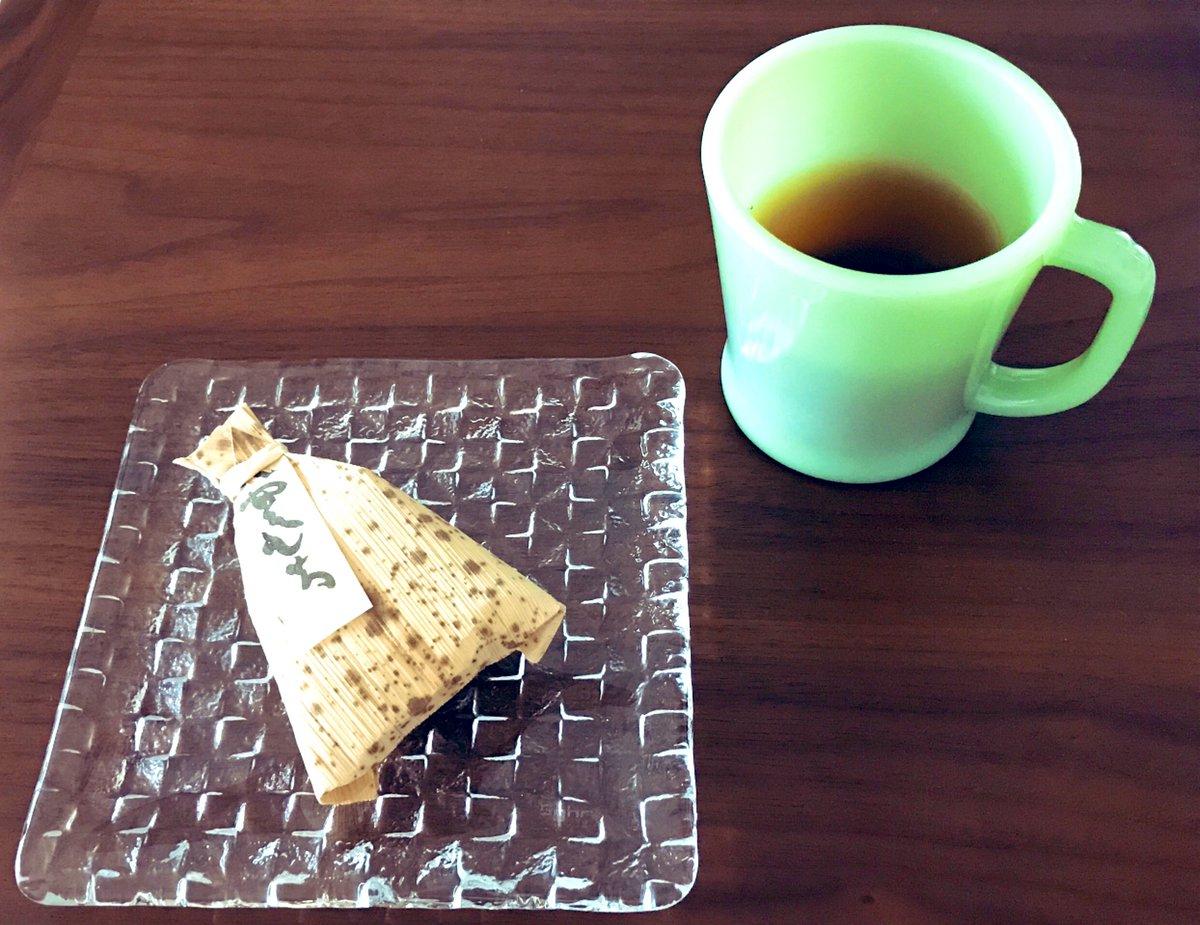 test ツイッターメディア - お昼を食べ損ねたのでおやつタイム!先日手土産ついでに自宅用で購入した「ちもと」の八雲もち🍵ふわっふわで黒糖とカシューナッツの風味がとても良い🥰 ここは夏限定でやっているかき氷も好き。中に宝探しか💎!?っていうぐらい和菓子が入っているのよね。今年はコロナのせいでやっていないみたい😢 https://t.co/cRyruYqeWp