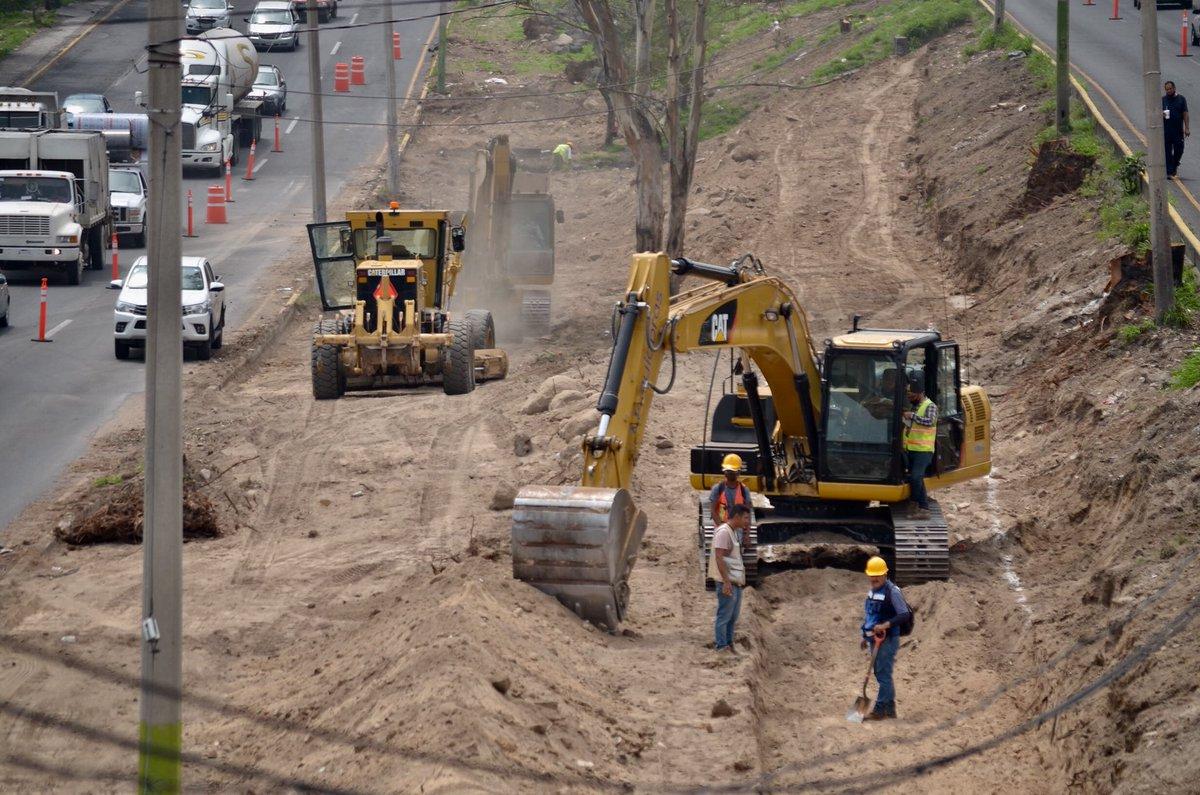 🚘 Ha comenzado la última etapa de repavimentación con concreto hidráulico en los carriles centrales de #MiMacro Periférico.   Las obras suceden en el tramo que va de avenida Imperio casi hasta la Calzada Independencia. Toma tus precauciones: