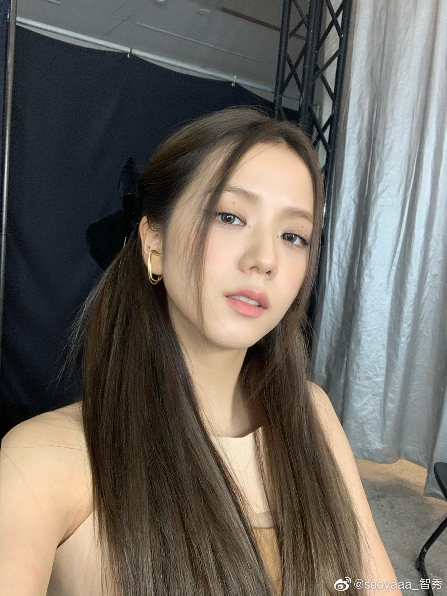 [WEIBO TRANS] Jisoo: This is a hairstyle that I like! Does Blink like my bowknot too~🤩   @ygofficialblink @blackpink