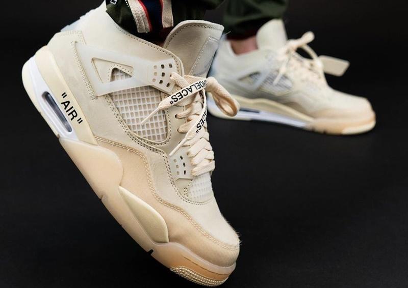 """Visto pela primeira vez como um sample na exposição Figures of Speech de Virgil Abloh, o Off-White x Air Jordan 4 """"Sail"""" será oficialmente lançado.  O modelo chegará ao mercado dia 25 de julho exclusivamente em tamanhos ditos pela Nike como femininos"""