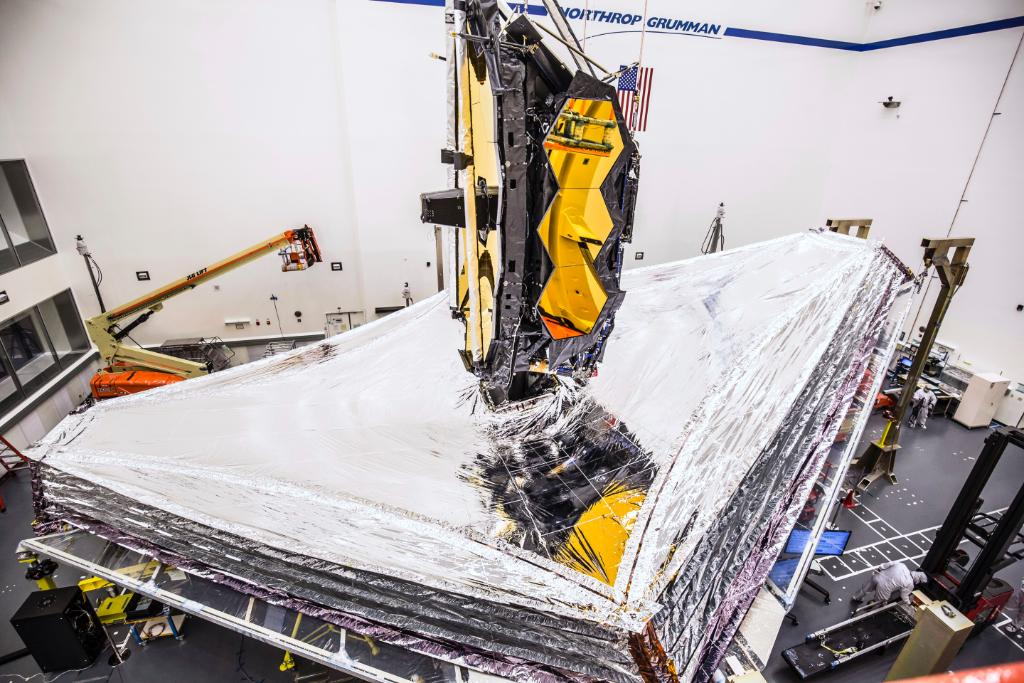 It's #throwbackthursday - we wanted to share a view you may not have seen from October 2019, when technicians successfully fully deployed each of #NASAWebb's 5 uniquely-sized sunshield layers to the positions they will be in while orbiting the Sun a million miles away from Earth. https://t.co/XpjBC1QPs4