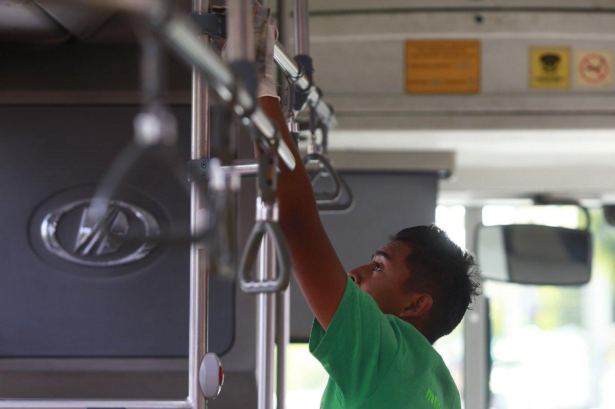 Seguimos realizando la limpieza y sanitización de las unidades del #Sitren. No olvides utilizar gel antibacterial al subir y descender de la unidad.  #CuidarseEsPrevenir