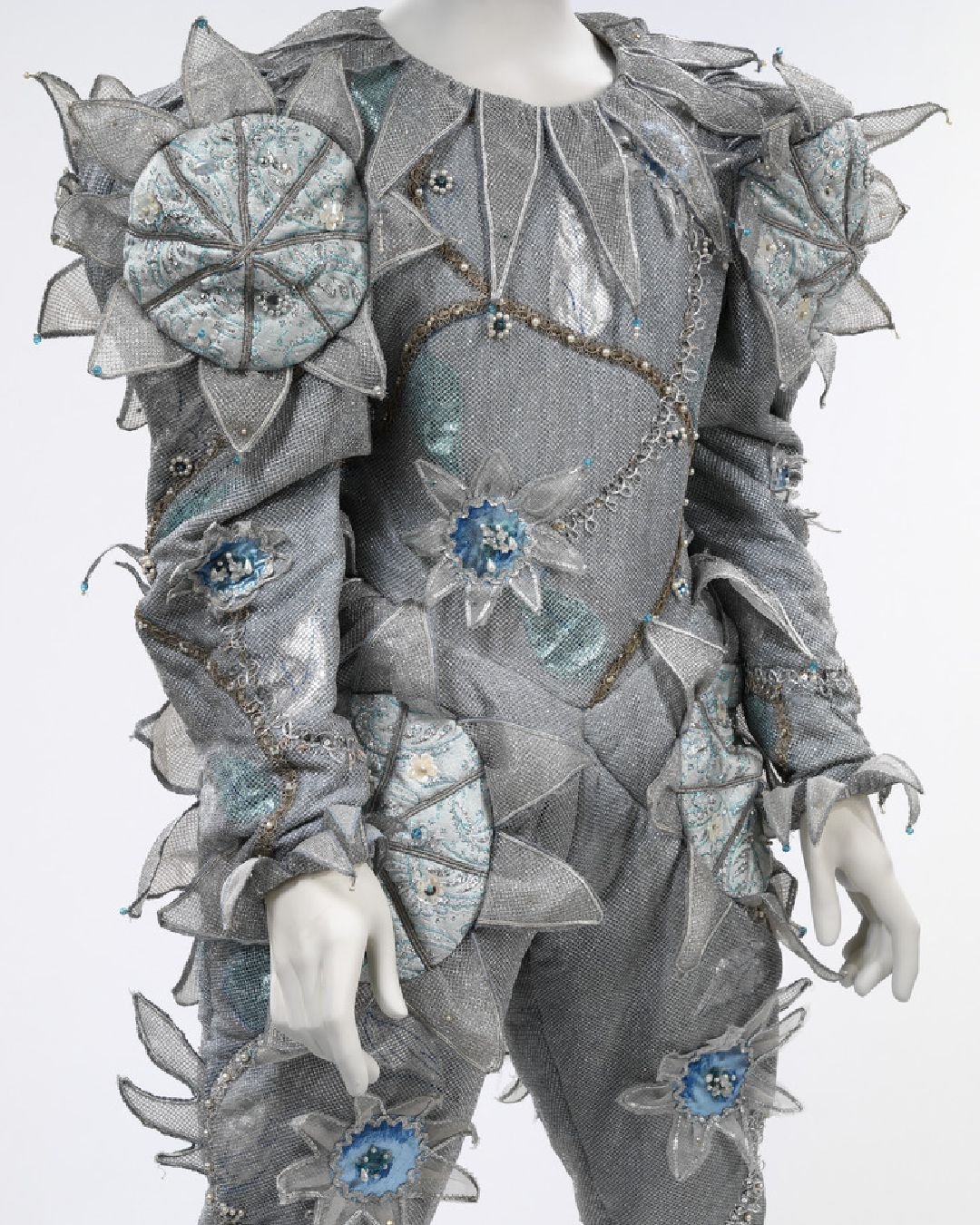 Kicking off Monday with the ultimate Headliner, the legendary David Bowie.    Have you seen any of Bowie's iconic music videos? This costume (designed by Natasha Korniloff) was worn by Bowie in the Ashes to Ashes video, at the time the most expensive music video ever made! https://t.co/pYN85nywrx