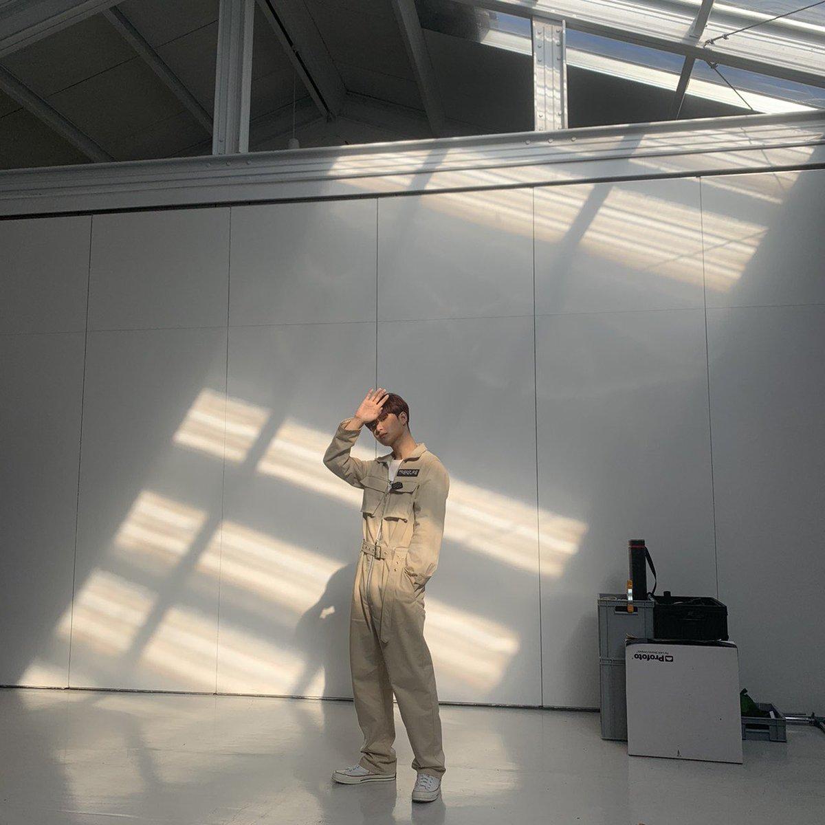 트레저 메이커 여러분들 하이 !👋🏻 요즘 많이 더우시죠 ?  그래서 제가 햇빛을 피하는 포즈의 사진을 올리려구요😃✌🏻 그리고 트레저 메이커분들께 드릴 좋은 사진 찍어준🦁고마오🤜🏻🤛🏻 #JIHOON #지훈