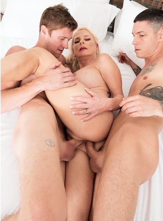 Sandwich, anyone? 🥪 #slut #milf #gilf #DP #doublepenetration #threesome #anal