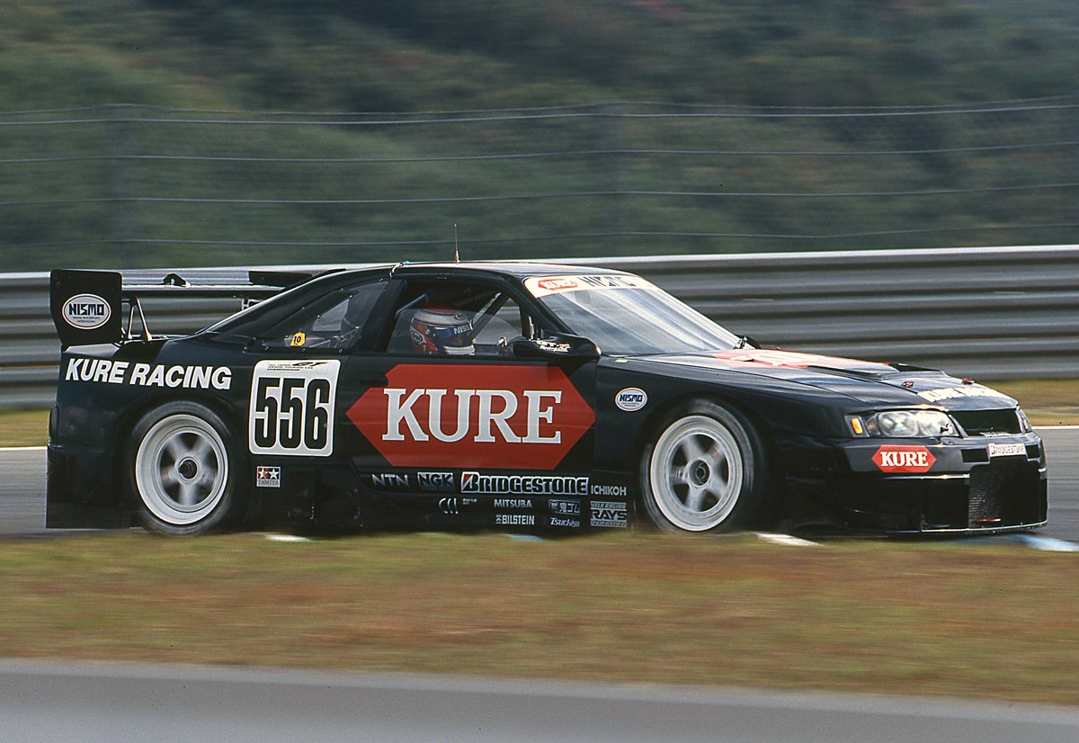 test ツイッターメディア - 【#ニスモ時間  Vol.40】 今日は、1996年10月27日(日)に開催されたJGTC最終戦「MINE GT RACE」から、鈴木利男/近藤真彦組のKURE R33をお届けします。  メインスポンサーの看板商品でもある「KURE 5-56」にちなんだゼッケンやブラックカラーで、当時のレースシーンでも注目の的でした。  #KURE #R33 https://t.co/UFGOrV2MIl