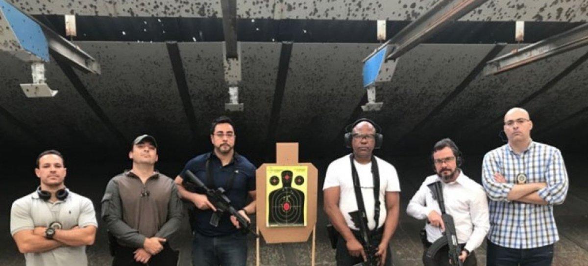 o quarto homem da esquerda para a direita é Paulo Rangel, o desembargador que deu foro privilegiado para Flávio Bolsonaro  essa família é muito unida