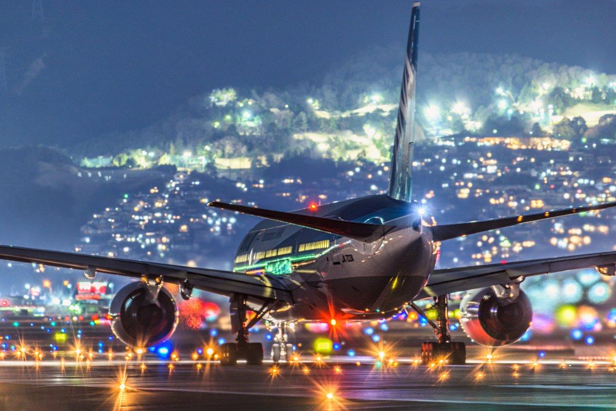 test ツイッターメディア - \週末もご安全に❗️/  本日は、#伊丹空港 の愛称で親しまれている #大阪国際空港 の #夜景 をお届け💁  まだもうしばらくは我慢の日々が続きます⚠️  みなさまのおうち時間が少しでもキラキラ輝きますように🙇 それでは、週末もご安全に❗️ #おうち時間 #StayAtHome https://t.co/KCkbpBEIhY
