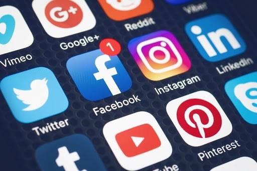 Substitutivo ao #PL2630_2020 propõe que representantes públicos eleitos não poderão bloquear usuários em redes sociais, já que suas contas são consideradas de interesse público.