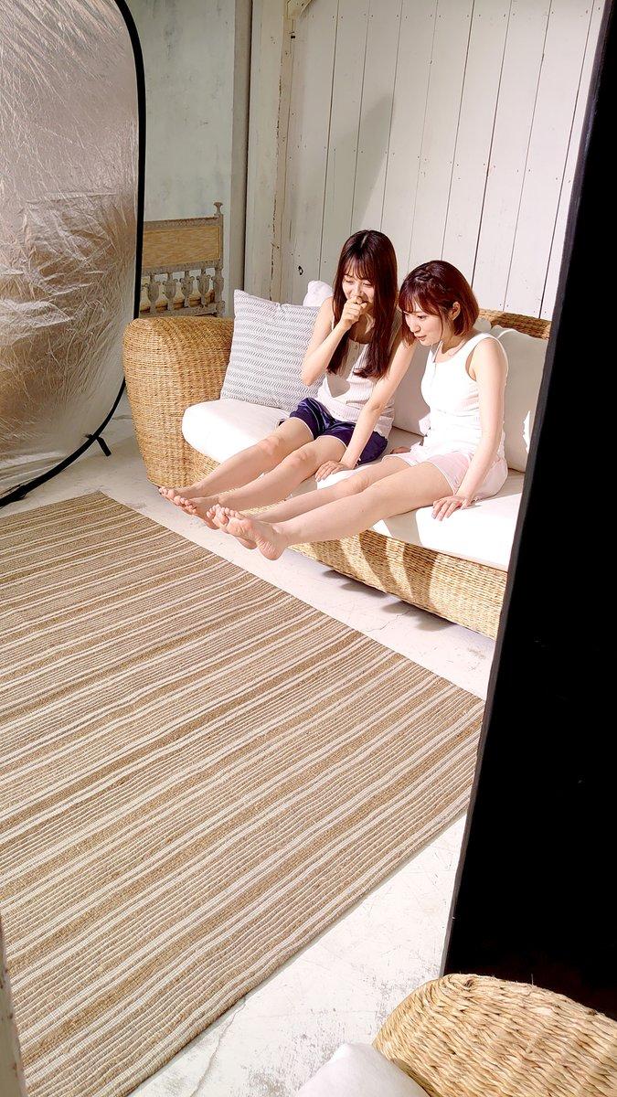 ツーショットwwww 豊田萌絵さん 椅子 ええやん かわに関連した画像-02