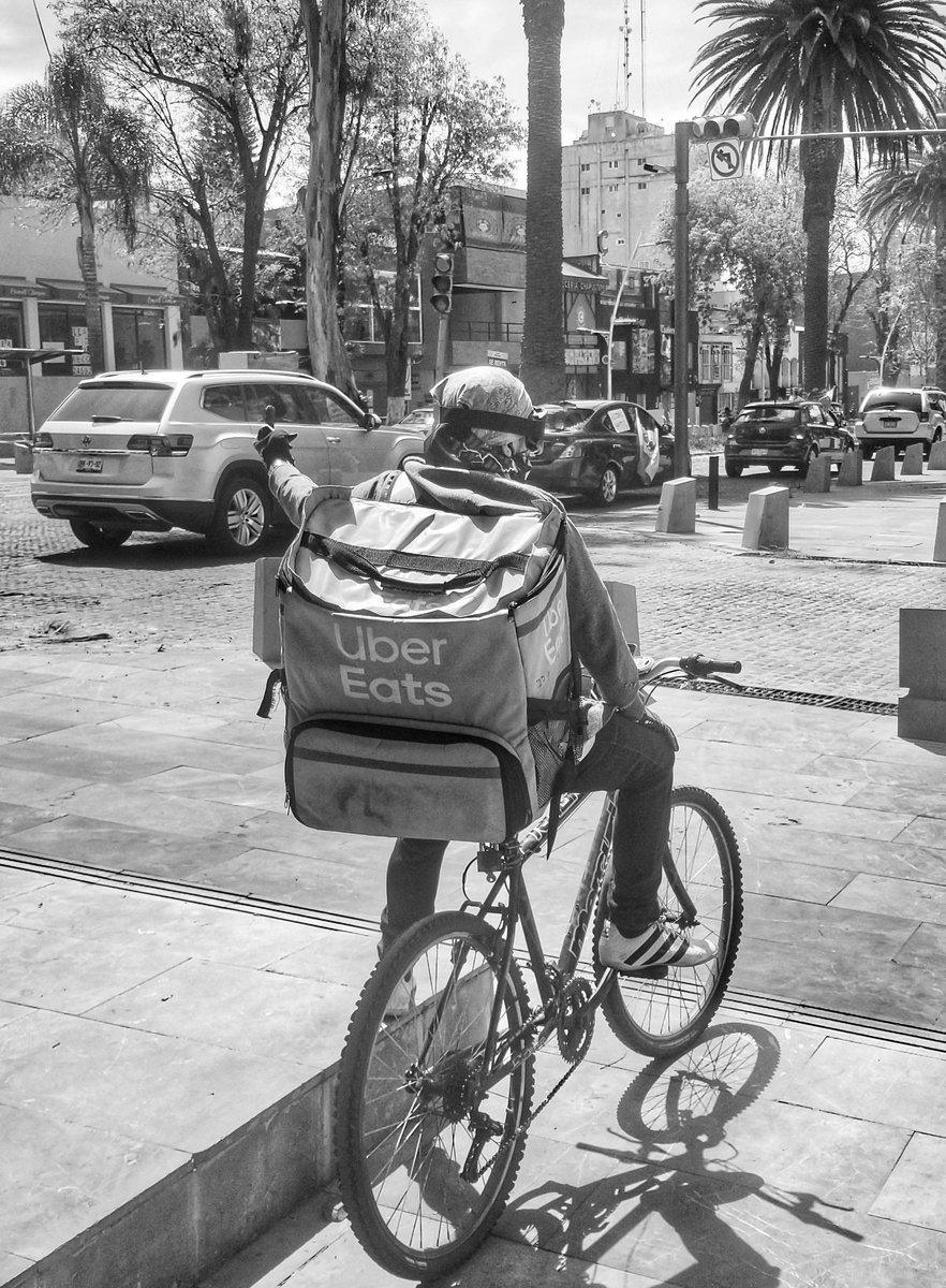 Después de ver pasar muchas camionetas Audi,MercedesBenz, Suburban,BMW y muchos buenos vehículos  detiene este ciclista de Uber eats y me describe la situación @abrahamendieta @_VicenteSerrano @epigmenioibarra @sabinaberman @julioastillero @DrLorenzoMeyer