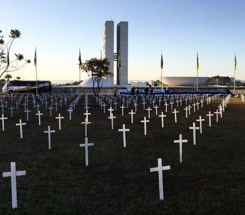 Brasília amanheceu assim! Isso é uma homenagem. Forte! Nossa luta é pela vida.   #StopBolsonaroMundial