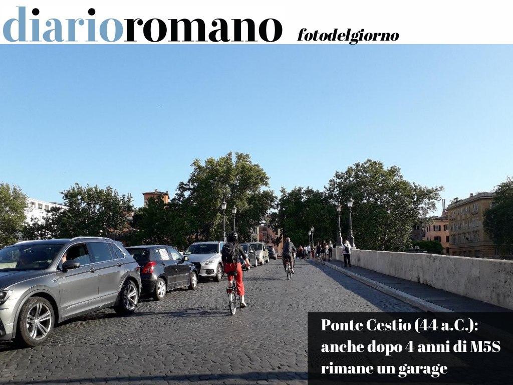 test Twitter Media - Ogni giorno, a qualunque ora, ecco lo spettacolo di ponte Cestio pieno di auto in divieto! Sul ponte transitano spessissimo ambulanze e le auto parcheggiate creano problemi e ritardi. (Marco) . #Roma #foto #lettori 📸 https://t.co/5kENSvpX2V