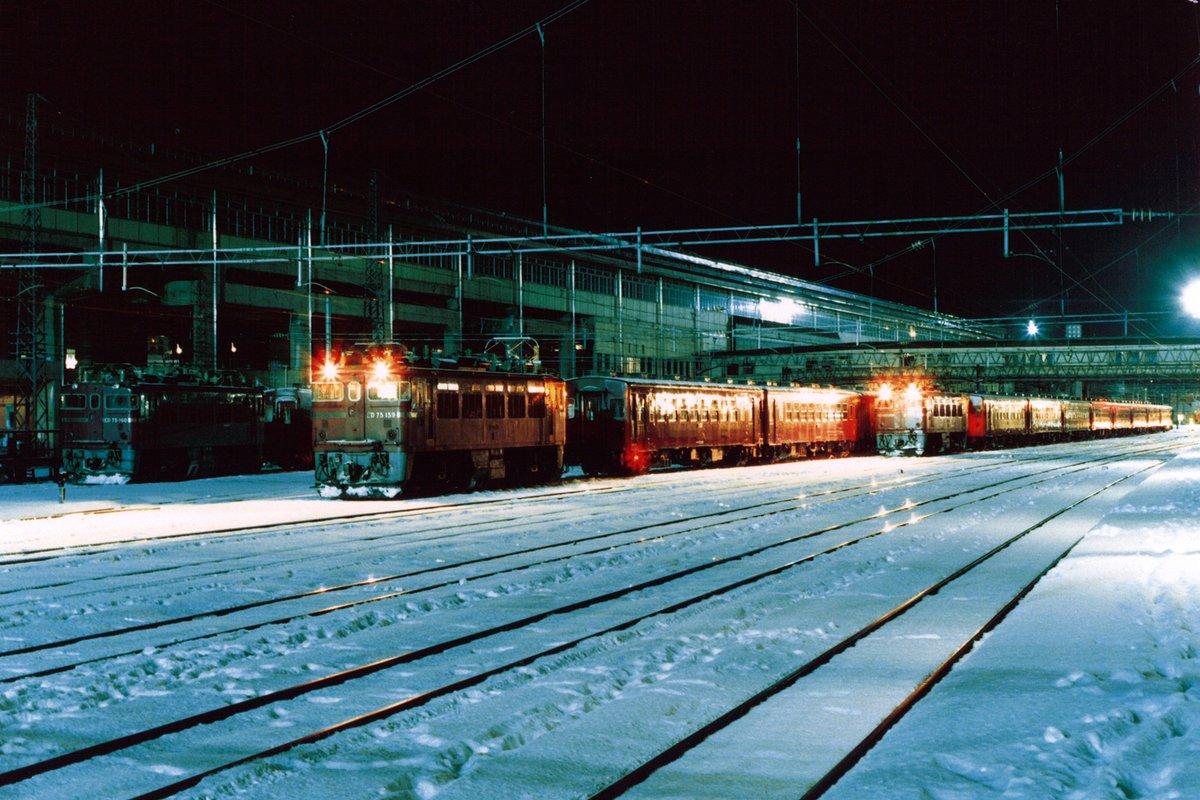 test ツイッターメディア - 早朝の一ノ関駅(1987年)  朝の4時半、急行八甲田から降りると、広い構内では50系客車列車が出発の準備を始めてました。 この後は栗原電鉄の貨物を撮影するため、上り始発電車に乗って石越に向かいました。  左)ED75 160 中)1523レ  ED75 159 右)2523レ  ED75 150 https://t.co/8CGBGbhFLu
