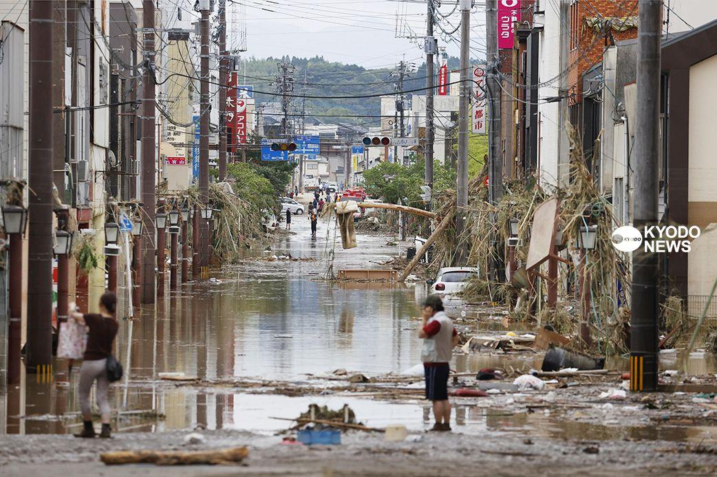 test ツイッターメディア - 熊本県南部を豪雨が襲いました。住民が孤立したり救助が届かない地域があり、被害規模が拡大する可能性があります。写真は水に漬かった熊本県人吉市の市街地(撮影・佐藤優樹)https://t.co/FJFesSWsFI #熊本 #豪雨 #土砂崩れ #決壊 #氾濫 https://t.co/C1UopaccqR