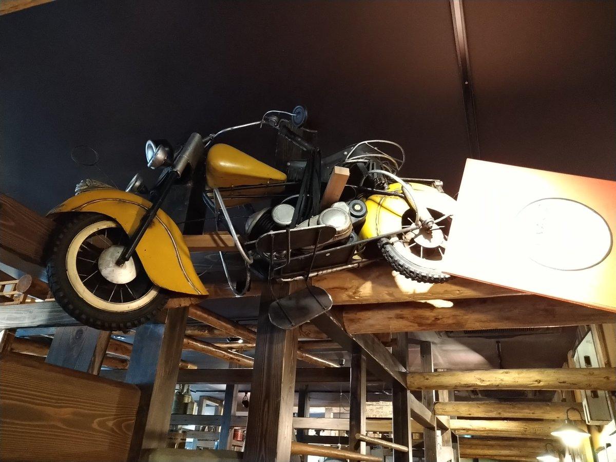 test ツイッターメディア - ここのびっくりドンキー、天井にバイクが貼り付いてた🏍 https://t.co/KgZfoCnpXf