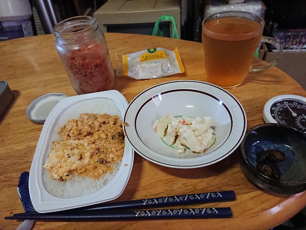 test ツイッターメディア - こんばんは😃🌃 今晩の夕食です😆🎵🎵 レンチンご飯ふつう(180グラム)にもやしナムルの汁と卵を混ぜ丼風(意外に美味しかったです)に、鮭フレーク、ポテトマカロニサラダ、きゅうりのキューちゃんです‼️❤️ デザートは、大麦工房ロアの大麦ダクワーズ瀬戸内レモン味、ブルックスの水出し烏龍茶です‼️❤️ https://t.co/Xx3jlTsda1