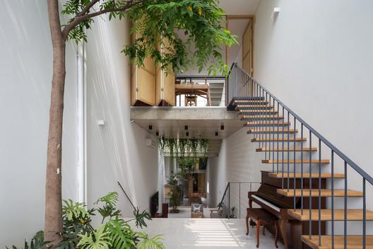 ไม่รู้ทำไมเวลาดูผลงาน architecture พวกตึกแถว อาคารบ้านเรือน ของสถาปนิกชาวเวียดนาม รู้สึกถูกจริตกับเรามาก พื้นที่ไม่ใหญ่แต่ทำออกมาแล้วร้องว้าวได้ รู้สึกถึงความใส่ใจกับพื้นที่สีเขียว ลงรายละเอียดกับพื้นที่ต้นไม้ภายในบ้าน เหมือนเป็นลายเซ็นของพวกเขาเลย