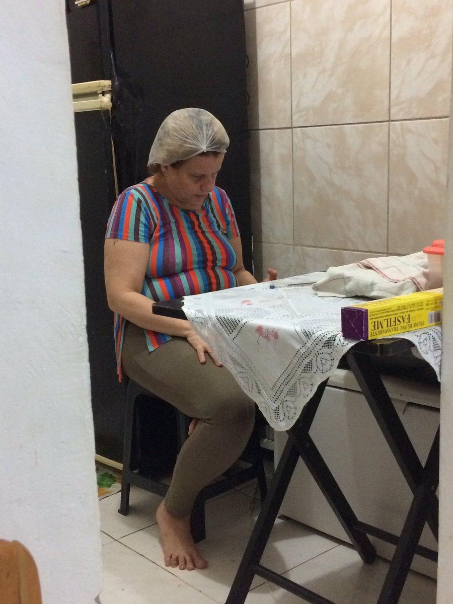 Oi gente, tudo bem ? Então, essa da foto é minha mamãe, e hoje ela tá inaugurando o negócio dela de alimentação depois de 6 meses desempregada. Desde cedo tá angustiada assim no celular pq não tinham pedidos, ela tá com medo de dar errado e eu to com o coração apertado de ver +