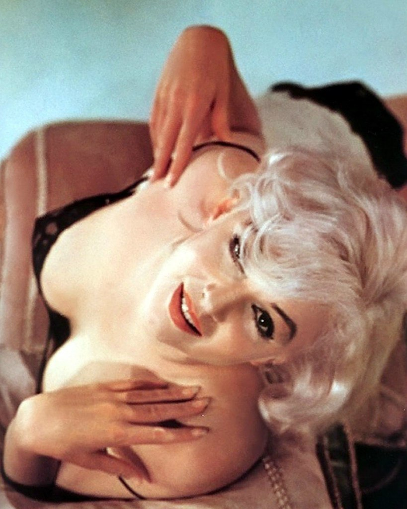"""After completing """"The Misfits"""" in 1960, Marilyn Monroe did a photo session with one of her favorite photographers--Eve Arnold. https://t.co/1xS3UmcOOo"""