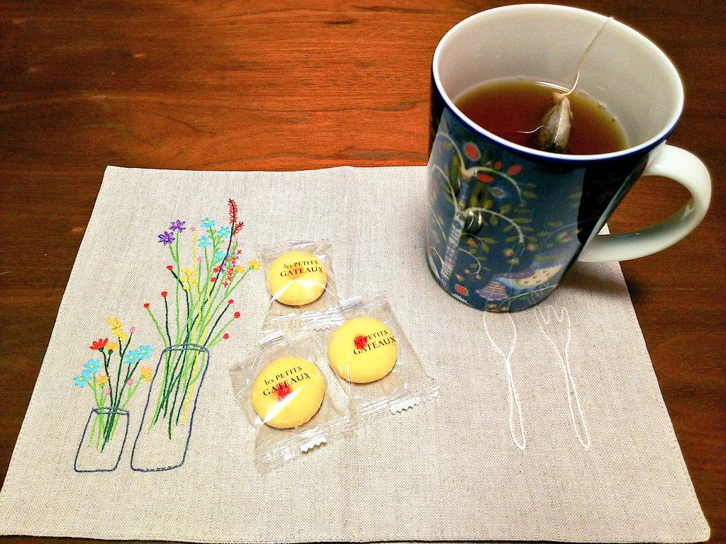 test ツイッターメディア - こんな時間だけど、東京會舘のクッキーでお茶する。今日は手軽にイッタラのマグカップにTWININGSのダージリン。 https://t.co/SjnqhEUGmA