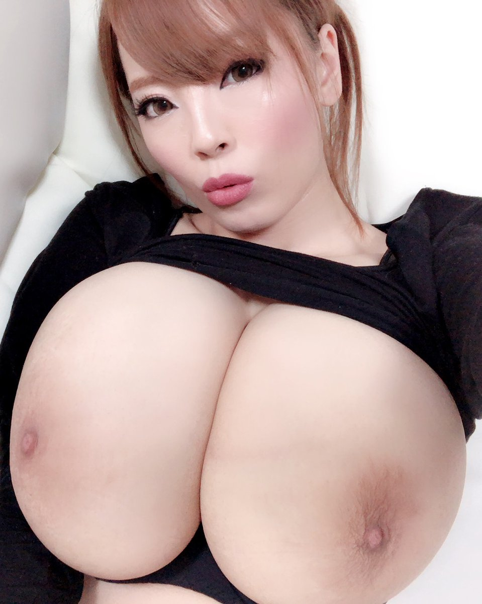 What do you like better? The front view or side view? ❤️ @Hitomi_official